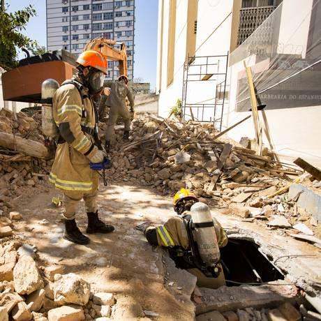 Bombeiros resgatam animais de escombros de casarão demolido no Maracanã Foto: Ana Branco / Agência O Globo