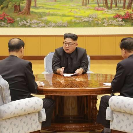O lider norte-coreano, Kim Jong-un, participa de um encontro com um comitê do partido dos trabalhadores sobre o teste nuclear realizado pelo país Foto: STR / AFP