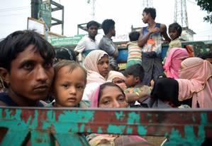 Muçulmanos rohingya viajam em caminhão aberto de Mianmar para campo de refugiados em Bangladesh Foto: JASMIN RUMI / AFP