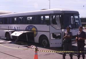 Ônibus utilizado por criminosos para participar de suposto assalto em Sorocaba foi alvejado na Castelo Branco (05.03.2002) Foto: Eugenio Goulart / Diário de S.Paulo / Agência O GLOBO