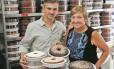Sucesso. Vó Alzira e o filho Alexandre: entre empregos diretos e indiretos, franquia da família tem mil colaboradores