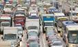 Engarrafamento na Avenida Brasil: segundo especialistas, só o investimento num sistema realmente conectado de transporte público poderá reduzir o tempo dos deslocamentos no Grande Rio