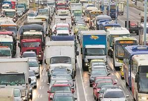 Engarrafamento na Avenida Brasil: segundo especialistas, só o investimento num sistema realmente conectado de transporte público poderá reduzir o tempo dos deslocamentos no Grande Rio Foto: Brenno Carvalho - 22/5/2017 / Agência O Globo