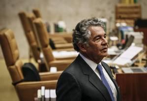 O ministro Marco Aurélio Mello conversa com advogados minutos antes do início da sessão do Supremo Tribunal Federal (STF) - 30/08/2017 Foto: ANDRE COELHO / Agência O Globo