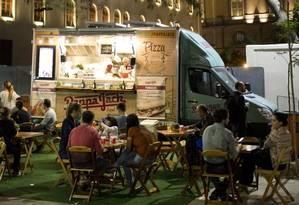 Novos caminhos. Um food truck na Orla Conde durante a Olimpíada de 2016 Foto: Mônica Imbuzeiro / Mônica Imbuzeiro/08-08-2016
