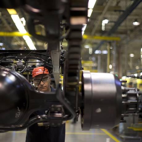 Linha de produção da fábrica da MAN em Resende, que produz caminhões e ônibus da Volkswagen. Com o crescimento, a indústria está retomando a capacidade de produção e a carga horária dos funcionários. Foto de Márcia Foletto / Agência O Globo