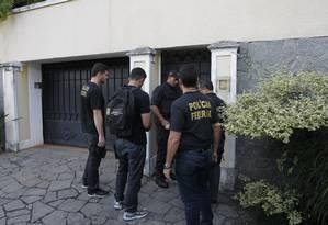 Polícia Federal chega à casa de Carlos Arthur Nuzman no início da manhã desta terça-feira Foto: Pedro Teixeira / Agência O Globo