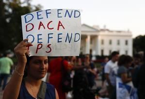 Uma mulher segura um cartaz a favor do Daca, perto da Casa Branca, em Washington Foto: Carolyn Kaster / AP