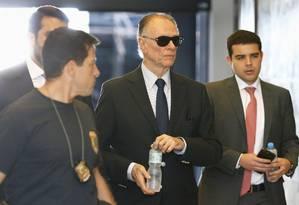 Agentes da PF e do MPF conduzem Carlos Arthur Nuzman, presidente do Comitê Olímpico Brasileiro (COB), para depor Foto: Pablo Jacob / O Globo