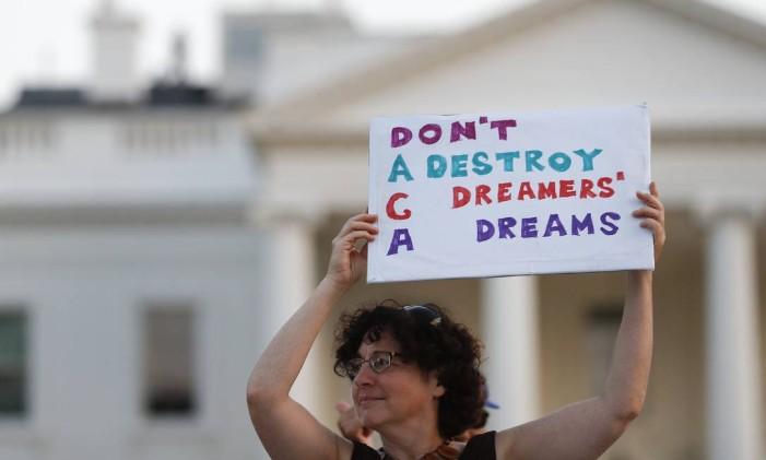 Mulher segura cartaz em que se lê 'Daca: não destrua os sonhos dos dreamers', durante uma marcha em Washington de apoio ao programa que concede vistos a jovens que chegaram ilegalmente aos EUA na infância Foto: Carolyn Kaster / AP