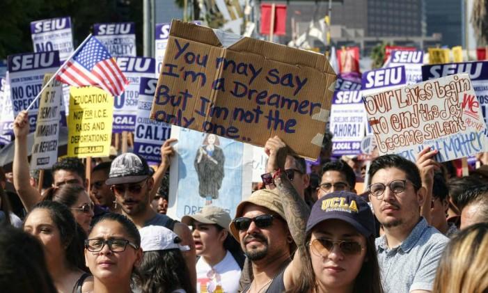 Apoiadores do Daca entoam slogans e seguram cartazesm em um protesto em Los Angeles, EUA Foto: Richard Vogel / AP