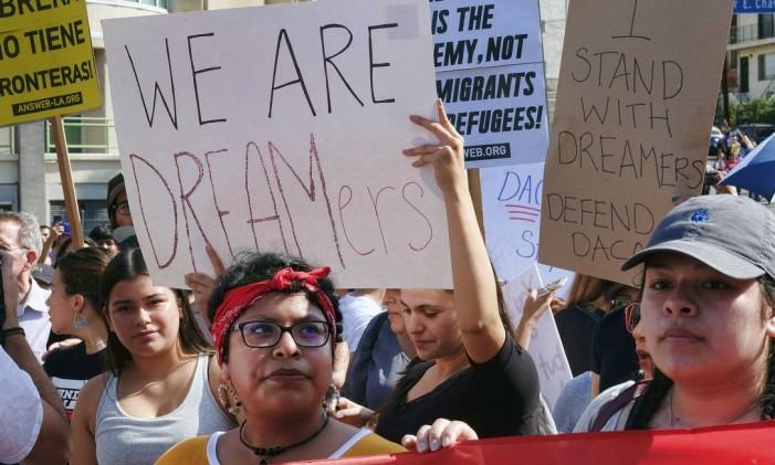 Apoiadores do Daca participam de protestos em Los Angeles Foto: Richard Vogel / AP
