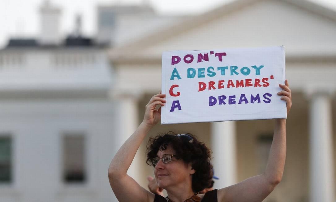 """Manifestante segura placa em que se lê: """"Não destrua os sonhos dos Dreamers"""" em protesto contra medida de Trump Foto: Carolyn Kaster / AP"""