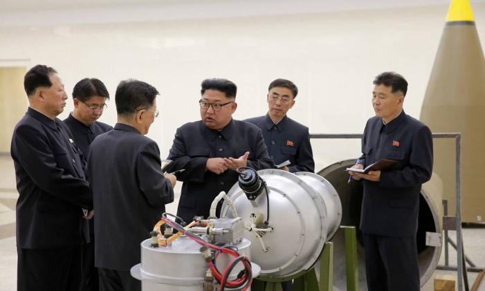 O líder norte-coreano, Kim Jong-un, fala com funcionários Foto: AP