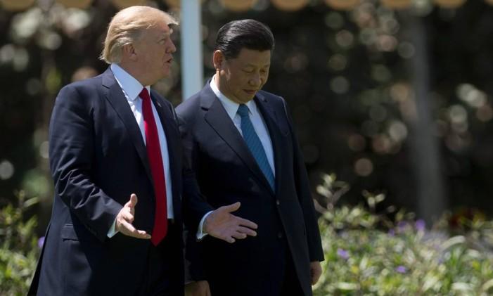 O presidente dos EUA, Donald Trump, e o presidente chinês, Xi Jinping, caminham juntos em sua residência em Mar-a-Lago em Palm Beach, na Flórida Foto: JIM WATSON / AFP