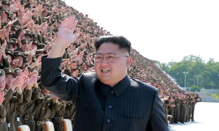 O líder norte-coreano, Kim Jong-un, acena para militares em Pyongyang Foto: KCNA / REUTERS