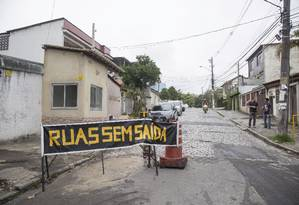 Sem passagem,ua Marechal Terra não dá mais acesso ao Canal do Anil Foto: Ana Branco / Agência O Globo