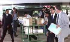Agentes da policia federal entregam ao STJ os documentos apreendidos na empresa Lunos. 11/03/2002 Foto: Gustavo Miranda / Agência O Globo