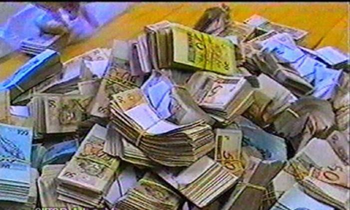 Dinheiro apreendido na casa de Hugo Chicaroni que seria usado para suborno na operação Satiagraha Foto: Reprodução/TV Globo
