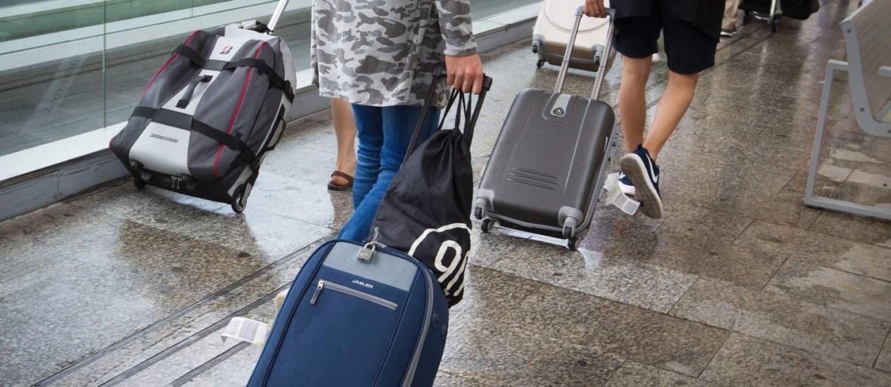 Turistas arrastam suas malas no aeroporto de Palma de Mallorca, Espanha Foto: JAIME REINA / AFP