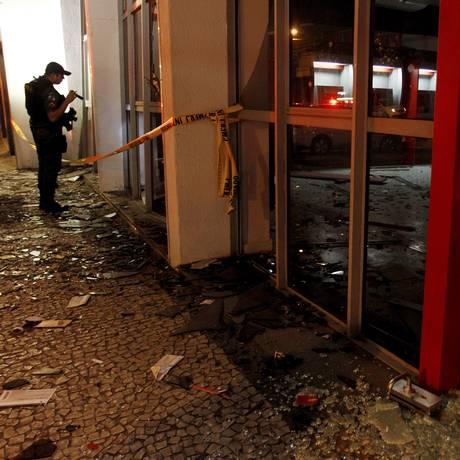 Destruição em agência após a ação de bandidos Foto: Pedro Teixeira / Agência O Globo