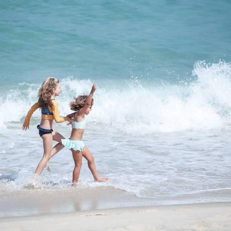 Feriadão será de sol no Rio. Na foto, crianças brincam na Praia do Arpoador Foto: Brenno Carvalho - 28/08/2017 / Agência O Globo