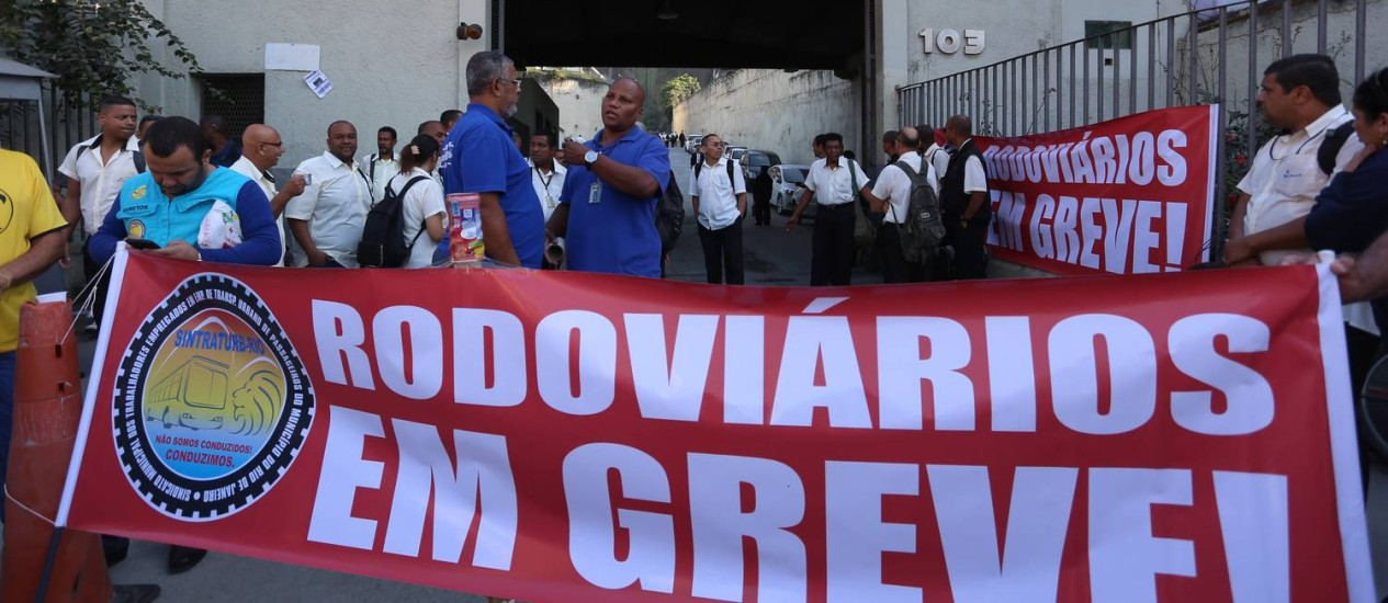 Motoristas da Viação São Silvestre cruzam os braços nesta quarta-feira Foto: Fabiano Rocha / Agência O Globo