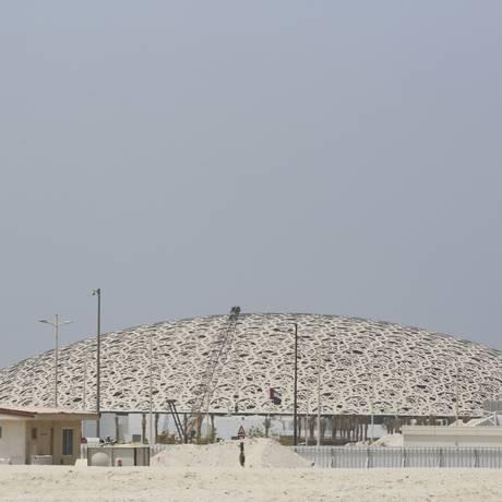 O teto abobadado do Louvre de Abu Dhabi, museu quase concluído na capital dos Emirados Árabes Unidos Foto: Jon Gambrell / AP