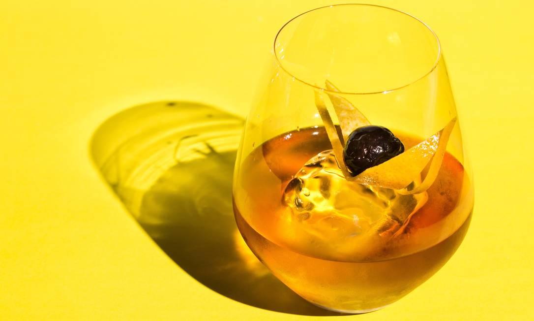 Old Fashioned: uísque (tradicionalmente bourbon), açúcar, água gaseificada, angostura, cereja e casca de laranja Foto: Mônica Imbuzeiro / Agência O Globo