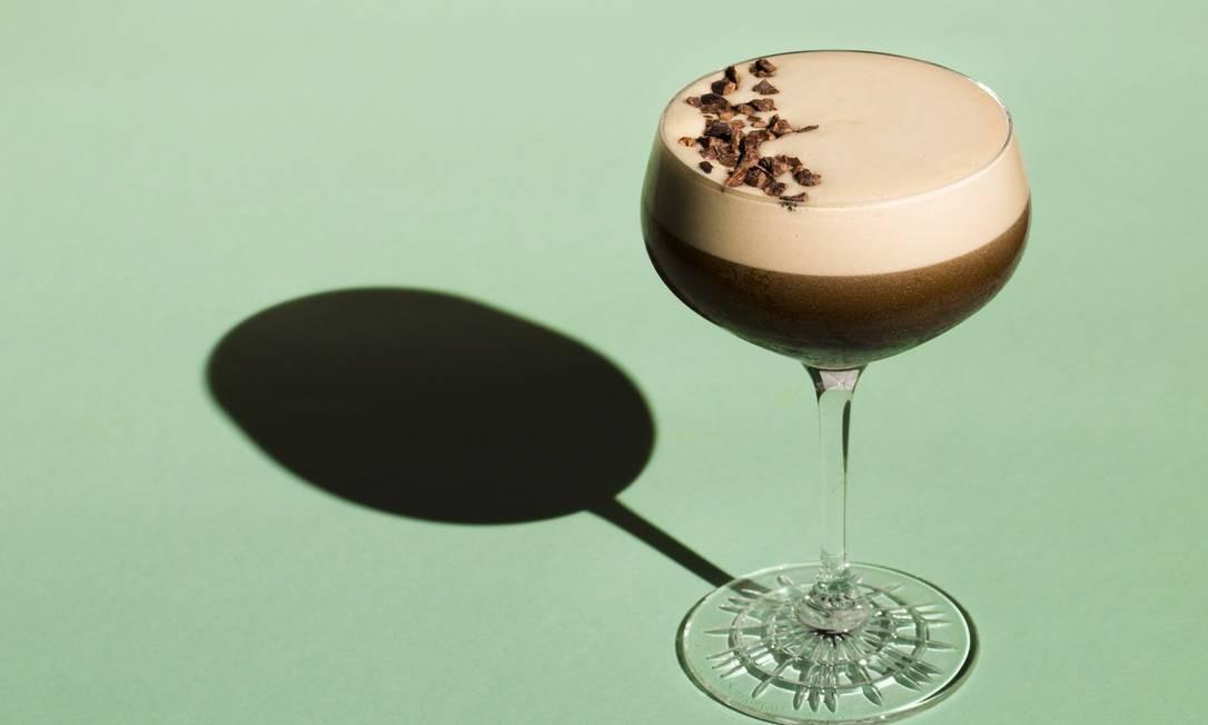 Espresso Martini: vodca, café, licor de café e xarope de açúcar Foto: Mônica Imbuzeiro / Agência O Globo