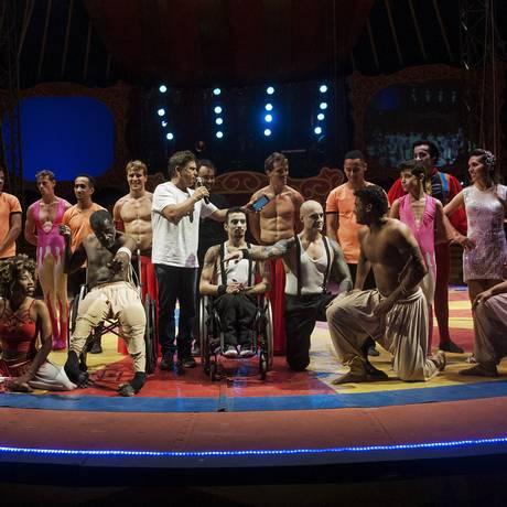 O ator Marcos Frota (ao centro, de camisa branca) com parte dos artistas que atuam no circo Foto: Renzo Gostoli / Divulgação