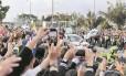 Multidão em Bogotá celebra passagem de Francisco no papamóvel: visita terá encontros com vítimas e ex-guerrilheiros