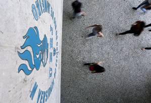 Custo e benefício. Alunos chegam ao campus da Uerj: depois de o Tesouro Nacional sugerir a privatização do ensino superior, projeto de lei que prevê prestação de serviços por alunos de instituições estaduais provoca polêmica Foto: Custódio Coimbra / Agência O Globo