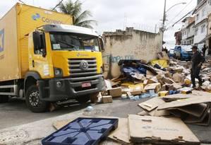 Pedágio. Caminhão dos Correios roubado é recuperado em Benfica: o Rio é o único estado em que transportadoras cobram taxa por conta da insegurança Foto: Reginaldo Pimenta / Raw Image