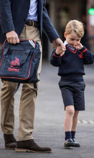 Como quase toda criança, o príncipe George não pareceu muito animado em seu primeiro dia de aula. O herdeiro do trono britânico começou, nesta quinta-feira, a frequentar a escola Thomas's Battersea, em Londres. E fez caras e bocas antes de largar as mãos do pai, o príncipe William, e cruzar os portões do colégio POOL / REUTERS