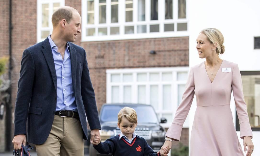 Príncipe William e George são recebidos pela diretora da escola, Helen Haslem RICHARD POHLE / AFP