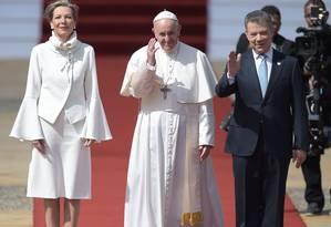 Papa Francisco ao lado do presidente colombiano Juan Manuel Santos e da primeira dama Maria Clemencia Foto: RAUL ARBOLEDA / AFP