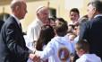 O Papa Francisco é recebido por crianças em encontro com o presidente colobiano, Juan Manuel Santos, no palácio presidencial em Bogotá