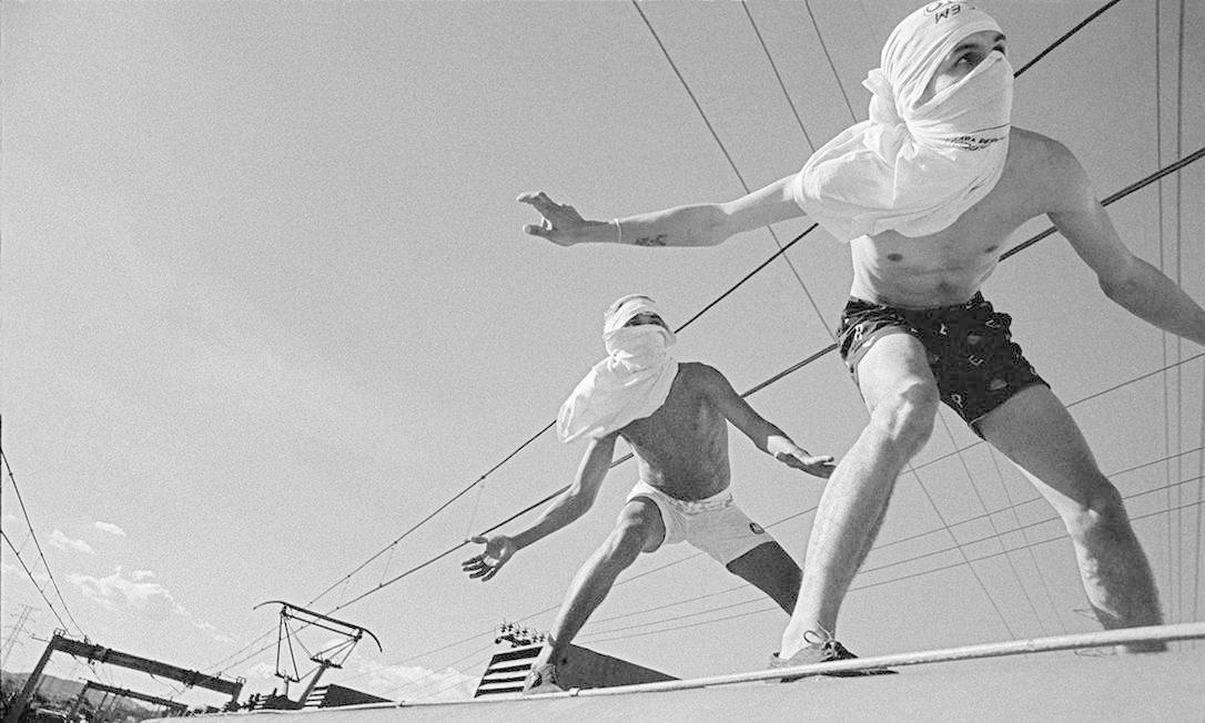 """Impressão lambe-lambe """"Surfistas de trem do ramal de Japeri"""", de Rogério Reis. Registro feito em 1989. Foto: Rogério Reis / Divulgação"""