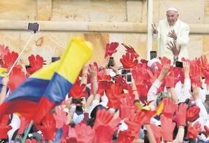 Papa acena aos fiéis em seu segundo dia na Colômbia: em poucas horas ele celebrou uma missa para 1 milhão de pessoas, encontrou autoridades foi duro com padres, pedindo que busquem a comunhão com perseverança Foto: Nacho Doce/Reuters