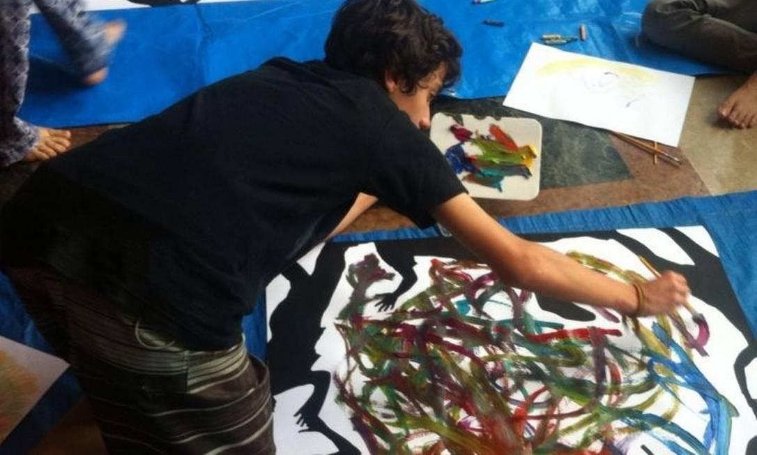 Pintura. Um dos adolescentes em ação: o Jacarezinho para o asfalto ver Foto: / Divulgação