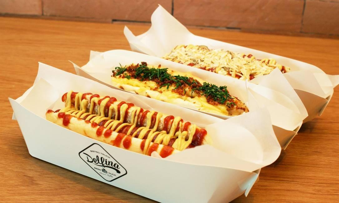 Delfina. Por aqui, é possível encontrar três versões criadas pela chef Maria Rocha: hot dog dinamarquês (R$ 24), com salsicha, molho rémoulade, mostarda Dijon, catchup, picles e cebola desidratada no pão de leite artesanal; hot dog Bacon and Cheese (R$ 25), com salsicha tipo Frankfurter, queijo derretido, farofa de cebola caramelizada na cerveja e bacon no pão de leite artesanal; e hot dog american style (R$ 22), com salsicha tipo Frankfurter, catchup e mostarda Dijon no pão de leite artesanal. Pra fazer a festa. VillageMall. Av. das Américas 3.900, Barra (3252-2693). Seg a sáb, das 10h30m às 22h30m; dom, do meio-dia às 21h. Foto: Divulgação / Natália Valle / Divulgação / Natália Valle