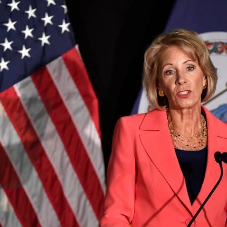 A Secretária de Educação Betsy DeVos promete nova política contra agressão sexual em universidades em discurso na universidade de George Mason Foto: MIKE THEILER / REUTERS