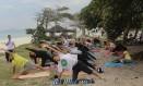 Alunos durante aula na altura do Posto 3 da Barra Foto: Riserva Zen Yoga Life / Divulgação