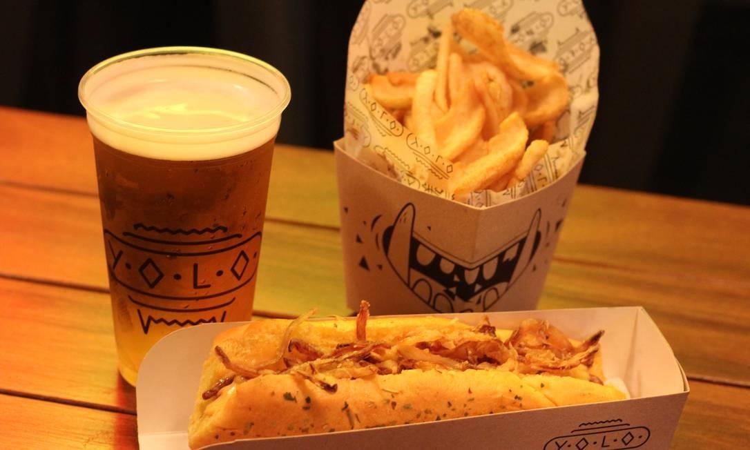 """Yolo. Para comemorar, a casa preparou o combo """"Ode ao hot-dog"""". O sanduíche de salsicha viena no pão de batata com ervas finas, maionese sriracha (pimenta tailandesa levemente picante) e cebola frita, com batata frita e o chopp da casa sai por R$34. Se for acompanhada pelo mate da casa, o combo vale R$ R$32. Rua Mena Barreto 100, Botafogo (4128-4042). Ter, qua e dom, das 18 à meia-noite. Qui, das 18h à 1h. Sex e sáb, das 18h às 2h. Foto: Divulgação / Tomas Rangel / Divulgação / Tomas Rangel"""