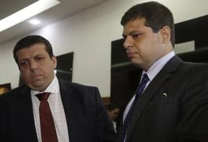 O advogado e ex-procurador Marcello Miller (à dir.) chega para prestar depoimento no MPF Foto: Fabio Guimaraes / Agência O Globo