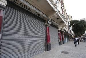 A papelaria Casa Cruz de portas fechadas na Rua Ramalho Ortigão, no Centro do Rio Foto: Márcio Alves / Agência O Globo