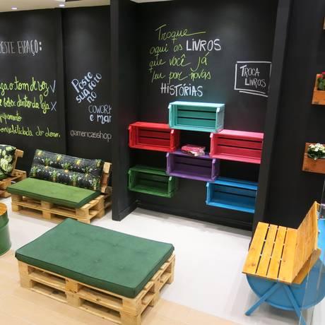 Caixotes e tonéis decoram espaço do Américas Shopping Foto: Rodrigo Berthone / Agência O Globo
