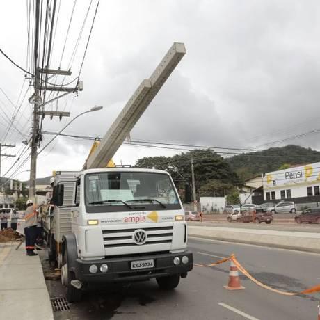 Troca. Funcionários substituem poste na Estrada Franciso da Cruz Nunes Foto: Thiago Freitas / Thiago freitas