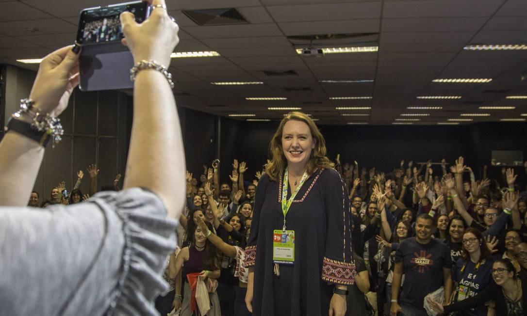 Uma das principais atrações internacionais da Bienal do Livro, Paula Hawkins atraiu centenas de fãs no Riocentro Foto: Analice Paron / Agência O Globo